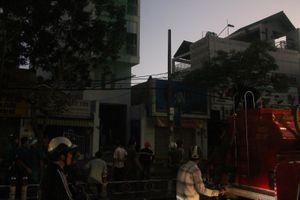 Căn nhà 5 tầng cháy lớn đúng giờ cao điểm, giao thông ùn tắc kéo dài