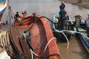Một tàu cá bị chìm gần cảng Gành Hào