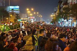 Chùm ảnh: Hàng nghìn người tràn ra đường cầu an trước chùa Phúc Khánh