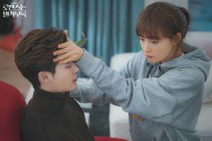 'Phụ lục tình yêu' tập 8: Khán giả Hàn ca ngợi phim hay - Lee Jong Suk hôn lén và tỏ tình Lee Na Young
