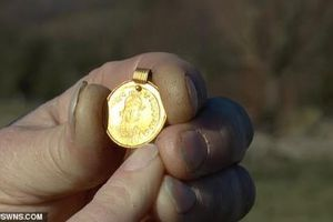 Vô tình nhặt được mặt dây chuyền vàng 1.500 tuổi trên cánh đồng