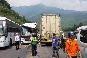 Xe container đấu đầu xe khách trên đường dẫn, 11 người bị thương
