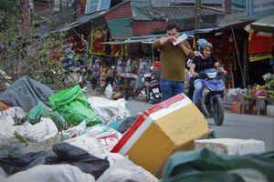 Đau đầu vì rác từ đường đến bệnh viện đều 'chờ xử lý'