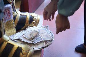 Tiền lẻ rải khắp phủ Tây Hồ ngày rằm tháng giêng