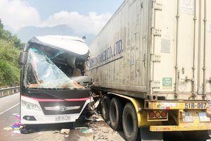 Xe khách đâm xe đầu kéo, 17 du khách Hàn Quốc bị thương