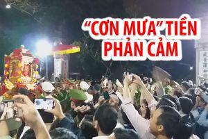 'Cơn mưa' tiền đầy phản cảm tại lễ hội Khai ấn đền Trần