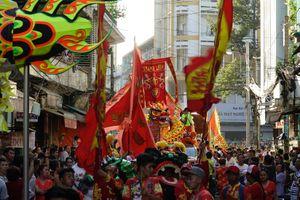 Người Sài Gòn xuống đường xem múa lân mừng Tết Nguyên tiêu
