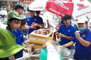 Rằm tháng giêng, thanh niên tình nguyện phát thức ăn miễn phí cho khách viếng chùa