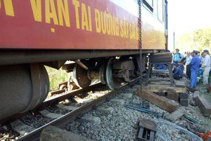 Tàu chở hàng trật bánh tại Bình Thuận, đường sắt Bắc - Nam bị ách tắc