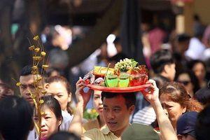 Hàng nghìn người đi lễ Rằm tháng Giêng, Phủ Tây Hồ chật như nêm