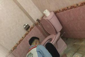 Uống rượu say quên trời đất, anh chàng được hội anh em 'hộ tống' vào toilet cùng chăn chiếu rồi ngủ luôn đến sáng