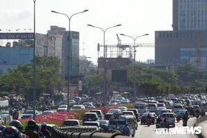 Đèn giao thông gặp sự cố, cửa ngõ TP.HCM tê liệt nhiều giờ