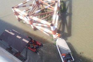 Bỏ lại xe máy trên cầu, nam thanh niên gieo mình xuống sông khi nước triều lên cao