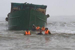 Thừa Thiên Huế: Cứu nạn thành công 4 thuyền viên và tàu KG-49799