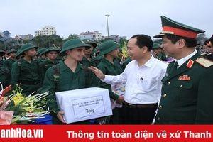 Đồng chí Bí thư Tỉnh ủy, Chủ tịch HĐND tỉnh Trịnh Văn Chiến dự và động viên thanh niên TP Thanh Hóa lên đường nhập ngũ