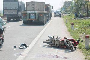 Xe đầu kéo va chạm xe máy, 1 người nguy kịch