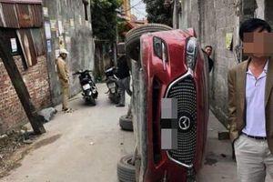Hiện trường vụ tai nạn khiến dân mạng 'đau đầu' tìm lời giải: Sao chiếc xe lại lật được?