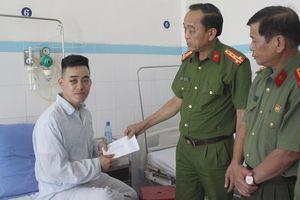 Lãnh đạo CATP thăm, động viên chiến sĩ Công an bị thương khi làm nhiệm vụ