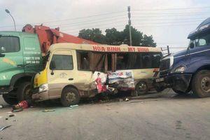 Tai nạn liên hoàn nghiêm trọng giữa 3 ô tô, ít nhất 5 người bị thương