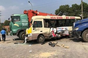 Hà Nội: Tai nạn liên hoàn giữa ba xe ô tô và một xe máy, hai người bị thương nặng