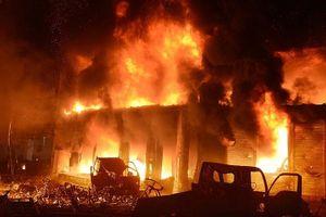 Hãi hùng hình ảnh vụ cháy khiến nhiều người bị thiêu chết ở Bangladesh