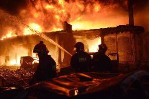 Lửa cháy ngùn ngụt tại tòa nhà chung cư ở Bangladesh
