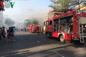 Nhà kho của trường học bốc cháy, giáo viên đưa học sinh sơ tán