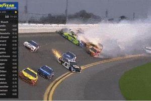 Tai nạn kinh hoàng giữa 21 xe tại Daytona 500 2019