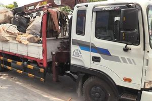 Xe tải chở chất thải nguy hại trên đường