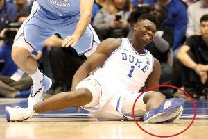 Giày của cầu thủ nổ toạc trên sân, cổ phiếu Nike 'bốc hơi' 3 tỉ USD