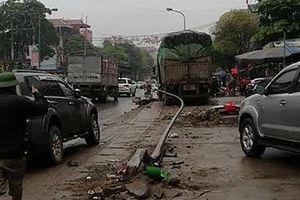 Xe tải tông vào xe taxi đậu bên đường khiến lái xe taxi tử vong tại chỗ