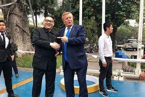 'Bản sao Kim-Trump' mang thông điệp hòa bình tới Hà Nội