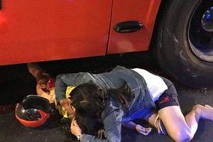 Xót xa hình ảnh mẹ gào khóc ôm con gái bị thương nặng đang nằm dưới bánh ô tô