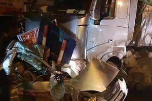Xe tải đâm taxi bẹp rúm, tài xế tử vong thương tâm trong cabin
