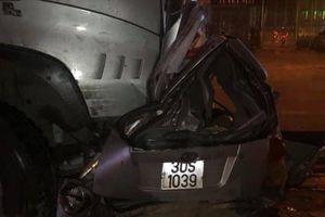 Xe đầu kéo tông nát taxi đỗ chờ khách, tài xế mắc kẹt tử vong