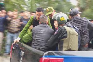 Huy động hàng trăm cảnh sát giải cứu 2 cô gái bị kẻ ngáo đá khống chế