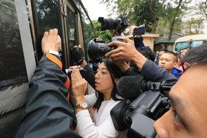 Phóng viên bao vây đoàn xe chở nhân viên an ninh Triều Tiên ở HN