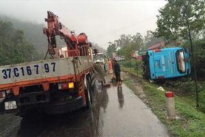 Xe khách mất lái lao xuống vệ đường lật nghiêng, 20 người thoát chết