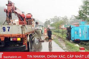 Xe khách mất lái lật nghiêng, hành khách may mắn thoát nạn