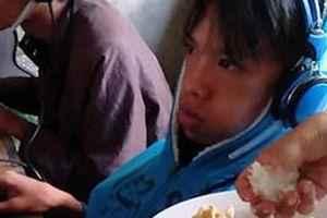 Dân mạng sôi sục trước clip người mẹ trẻ mang cơm đến quán internet bón cho con trai nghiện chơi game