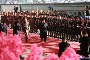 Chủ tịch Kim Jong-un duyệt đội danh dự trước khi lên tàu tới Việt Nam