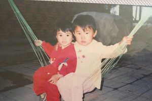Bành Tiểu Nhiễm đăng ảnh năm lên 2 tuổi đã diện váy đỏ giống Tiểu Phong, Dương Mịch khoe vòng eo con kiến