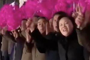Người Triều Tiên reo hò tiễn Chủ tịch Kim Jong-un lên tàu đi Hà Nội