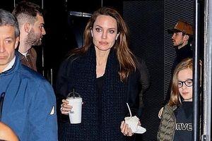 Angelina Jolie xinh đẹp xuống phố mua sắm cùng các con sau sóng gió