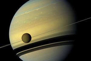 Nhà khoa học NASA: Có thể tồn tại một 'sự sống điên rồ' trên vệ tinh lớn nhất của Sao Thổ