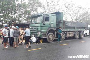 Xe máy va chạm xe tải, chiến sĩ công an nghĩa vụ bị cán chết