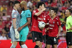 Muangthong United thua đau, Đặng Văn Lâm suýt tẩn đối phương
