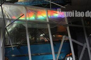 Xe khách tông nát nhà chờ ở bến xe, 6 người thương vong