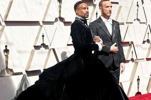 Tài tử 50 tuổi mặc váy sánh đôi cùng người tình tại Oscar 2019