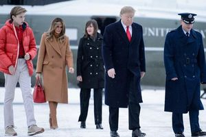Nhan sắc cực phẩm cùng chiều cao đáng ngưỡng mộ của cậu út nhà Tổng thống Trump